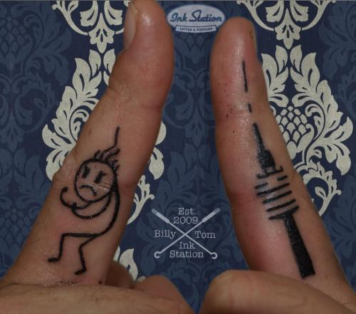 Fingertattoos  blackandgrey Tattoo stuttgart taetowierung 0711 fineline inked inkstation inkstationtattoo smalltattoo