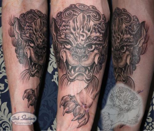 foo dog Tattoo asia stuttgart taetowierung 0711 fineline inkstation inked  inkstationtattoo blackandgrey