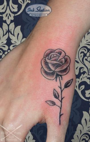 rose daumen hand blackandgrey Tattoo stuttgart taetowierung 0711 fineline inked inkstation inkstationtattoo smalltattoo
